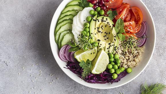 Los deportistas están obligados a consumir frutas y verduras debido al alto aporte de fibras, refiere el especialista.
