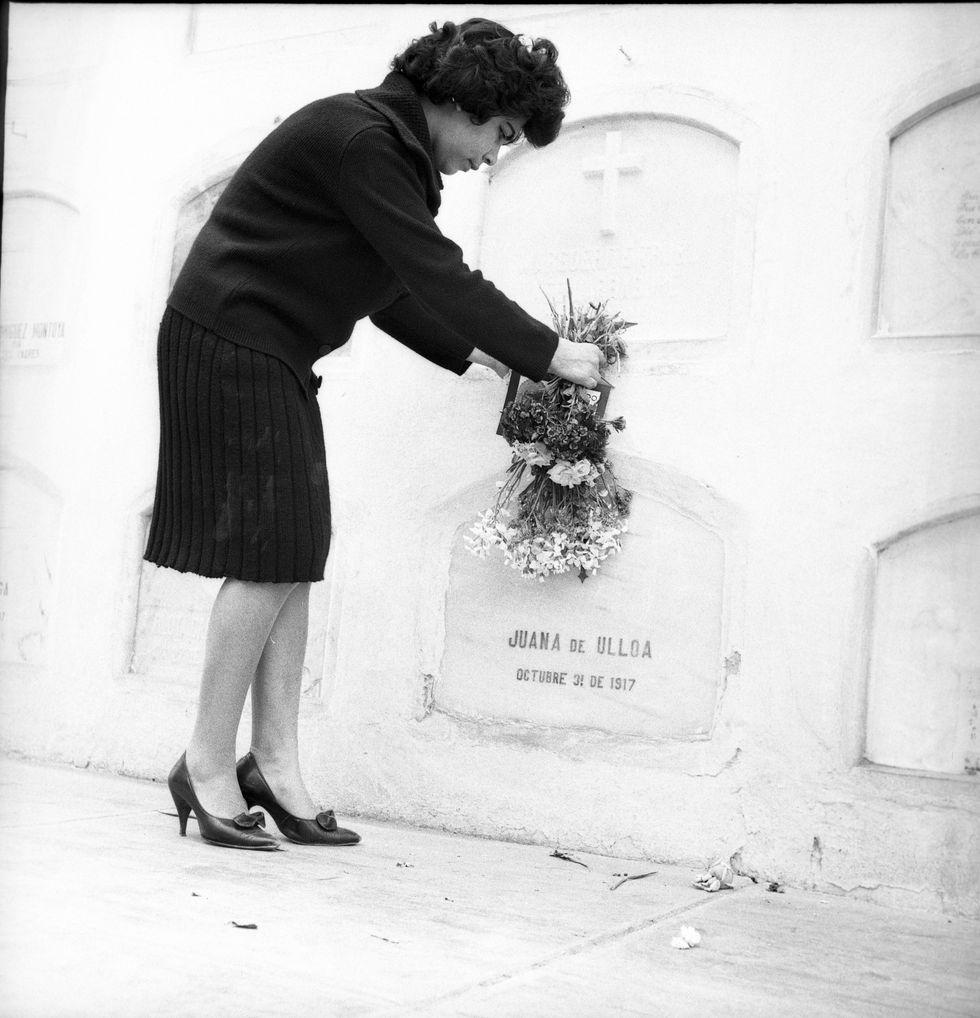 Algunas personas tienen como costumbre el permanecer en vigilia por algunas horas junto a las tumbas de sus seres queridos. Otros optan por hacerlo hasta el amanecer. (Foto: Archivo Histórico El Comercio)