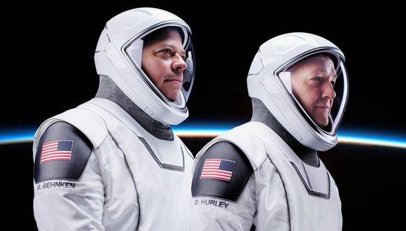 Astronautas de la NASA luciendo los trajes de SpaceX.