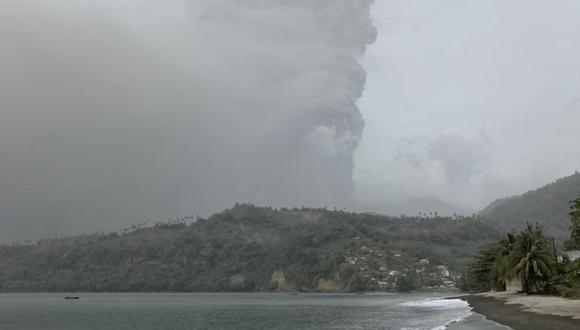 Fotografía divulgada este viernes por Investigación sísmica de la Universidad de las Indias Occidentales (UWI Seismic Research) tomada desde la costa de Sotavento en el momento del inicio de la segunda erupción del volcán La Soufriere en San Vicente y las Granadinas. (Foto: Archivo / EFE/UWI Seismic Research).