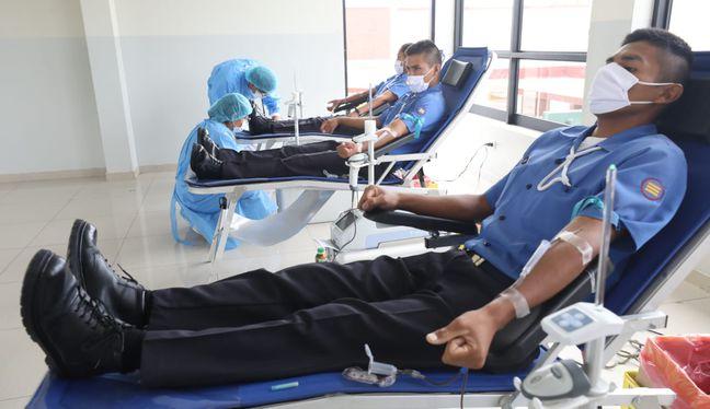 Un grupo de la FAP donó sangre gracias a una campaña itinerante que inició Essalud. (Foto: Essalud)