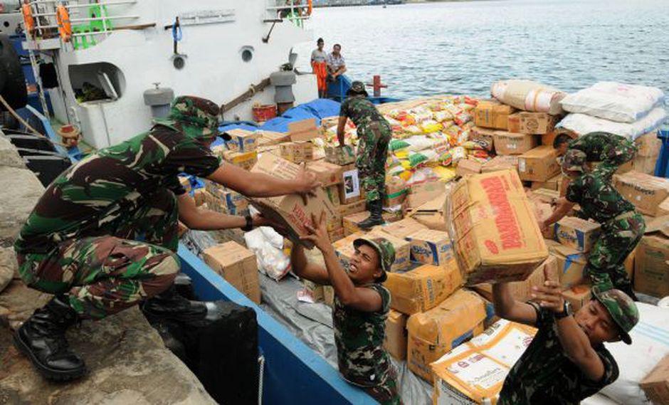 Soldados descargan suministros de un barco en Palu. Autoridades elevaron a 1.948 la cifra de muertos por el terremoto de magnitud 7,5 y el posterior tsunami. (Foto: EFE)