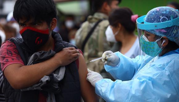 La vacunación contra el COVID-19 se desarrolla conforme llegan las dosis.  (Foto: Fernando Sangama / @photo.gec)