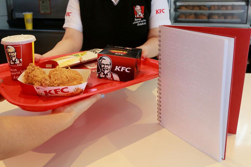 KFC Perú estará incorporando cartas en braille en sus 121 locales en todo el país. El objetivo de la marca es disponer de esta herramienta en todas sus tiendas para finales del 2018. (Foto: Difusión)