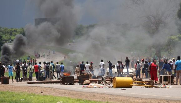 Durante la jornada de ayer, los manifestantes montaron barricadas en las calles de las principales ciudades de Zimbabue. (Foto: EFE)