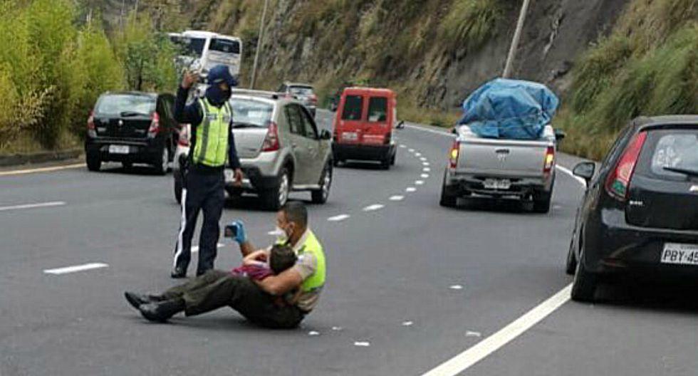 FOTO 1 DE 3   En las imágenes, publicadas por María Paula Romo, ministra de Gobierno, se observa que el agente, quien forma parte de la Policía Nacional del Ecuador, le enseña el celular al menor mientras lo carga en sus brazos.   Foto: María Paula Romo (Desliza a la izquierda para ver más fotos)