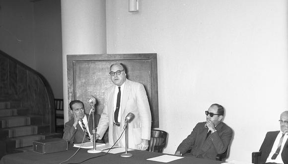 El 27 de noviembre de 1959, el norteamericano Herald Richard Cox, creador de la primera vacuna oral contra la poliomielitis, llegó a Lima para dar varias conferencias en Salud Pública y ver los avances de su descubrimiento. (Foto: Archivo Histórico El Comercio)