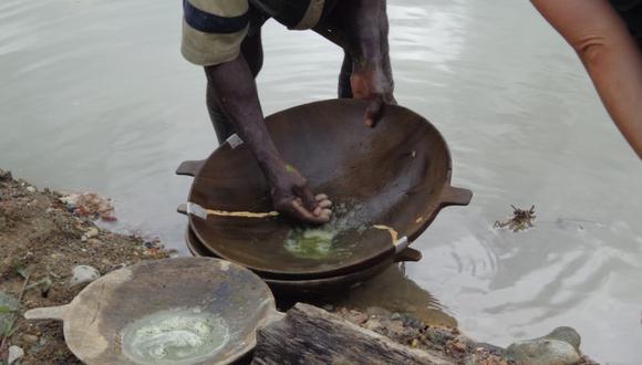 El mercurio sigue siendo utilizado en gran medida en la actividad de la pequeña minería en Colombia, a pesar de los daños causados a a la salud de las poblaciones y al medio ambiente. Foto: Cortesía Codechocó.