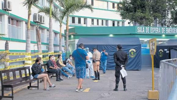 El hospital ha colocado dos carpas en los exteriores para hacer el triaje y las pruebas de hisopado a los efectivos. (Foto: Alonso Chero)