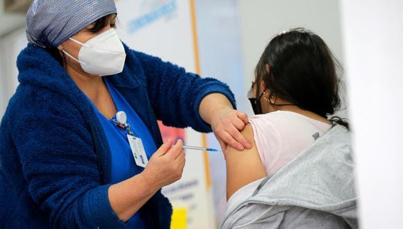 La mejoría se da en paralelo a uno de los procesos de vacunación contra la covid-19 más exitosos del mundo, que a día de hoy alcanza a más del 86 % de la población objetivo con una dosis y casi el 79 % con dos inyecciones. (Foto: Javier Torres / AFP)