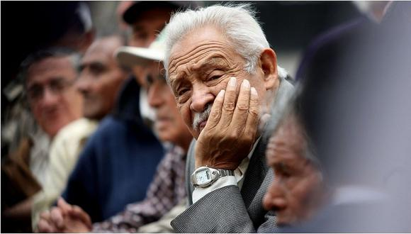 """""""Las pensiones de los que alcanzan el requerimiento mínimo de 20 años se pagan, en parte, recortando el derecho de quienes no lo alcanzan"""". (Foto referencial: Archivo)."""