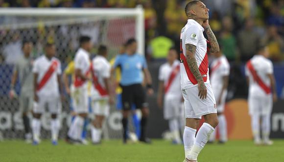Paolo Guerrero visualizando el cielo, a pocos minutos de la conclusión de la final de la Copa América. (Foto: AFP)