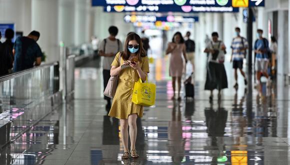Pasajeros utilizan mascarillas como medida preventiva contra el COVID-19 en el aeropuerto de Tianhe, en Wuhan, en la provincia central de Hubei de China, el pasado 14 de julio de 2020. (Hector RETAMAL / AFP).