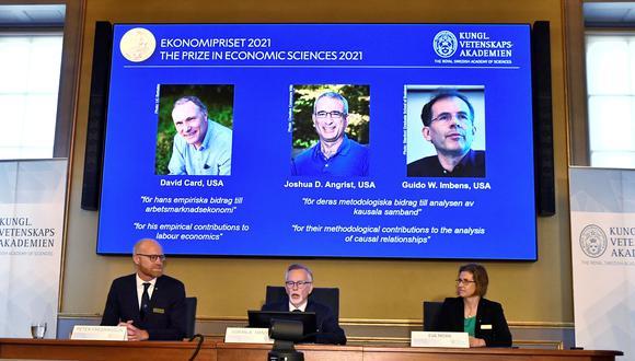 Miembros de la Real Academia de Ciencias de Suecia, anuncian el Premio Sveriges Riksbank de Ciencias Económicas en Memoria de Alfred Nobel 2021, durante una conferencia de prensa en la Real Academia Sueca de Ciencias en Estocolmo. (Foto: EFE/EPA/Claudio Bresciani)