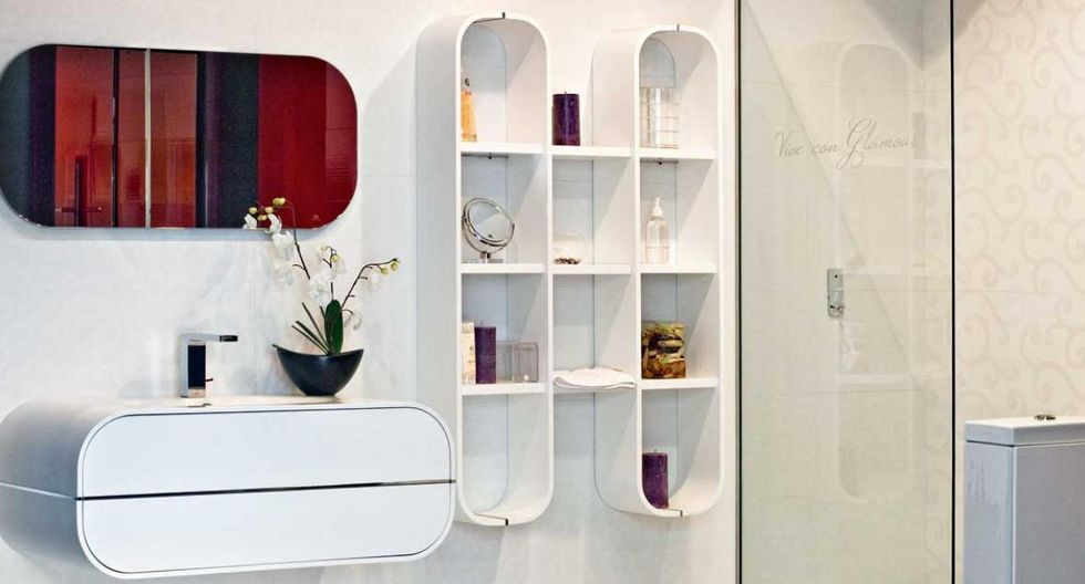 La forma de estos espejos biselado sigue las líneas del mueble de baño y el estante. (Diseño de Artdeco)