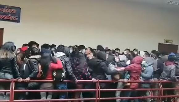 Bolivia: Los estudiantes cayeron luego de que se rompiera una baranda de la Universidad Pública de El Alto (UPEA). Hay al menos siete muertos. (Foto: Captura del diario El Deber).