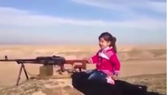 Estado Islámico: Niña kurda es entrenada para matar yihadistas