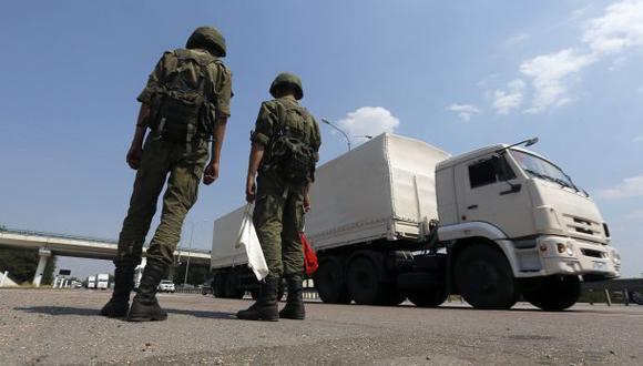 Estos son algunos de los camiones rusos que envían ayuda para la zona afectada por el conflicto ucraniano. (Reuters)