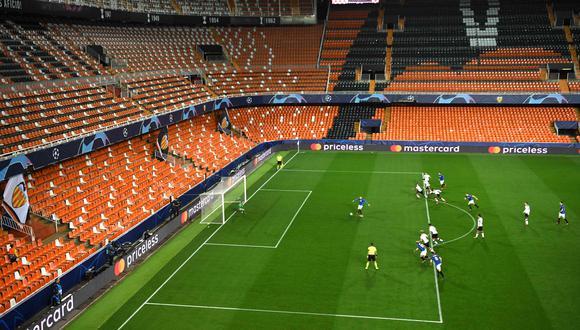 El panorama de las tribunas del estadio Mestalla, ayer en el duelo entre Valencia y Atalanta. (Foto: AFP)