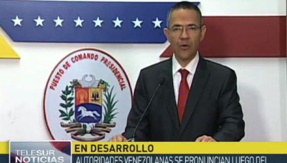 Ernesto Villegas, ministro de Comunicaciones, dice que el Ministerio del Interior ha podido confirmar los nexos del policía Pérez con la CIA.  (Foto: YouTube)