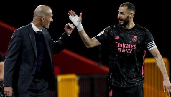 Karim Benzema se despidió de Zinedine Zidane. (Foto: AP)