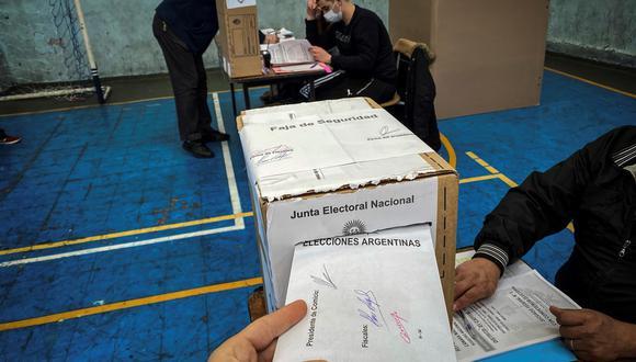 PASO 2021: Una persona vota durante la jornada de elecciones primarias en Buenos Aires, Argentina. (EFE/ Juan Ignacio Roncoroni).