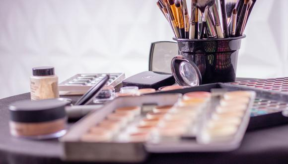 Es muy importante estar pendiente de la fecha de vencimiento del maquillaje, así cuidamos nuestra piel. (Foto: Anderson Guerra / Pexels