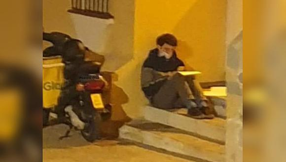 Carlos Alegre, el repartidor que se volvió viral tras ser captado estudiando bajo la luz de un poste de alumbrado público. (Foto: Pedro G. Díaz / Facebook)