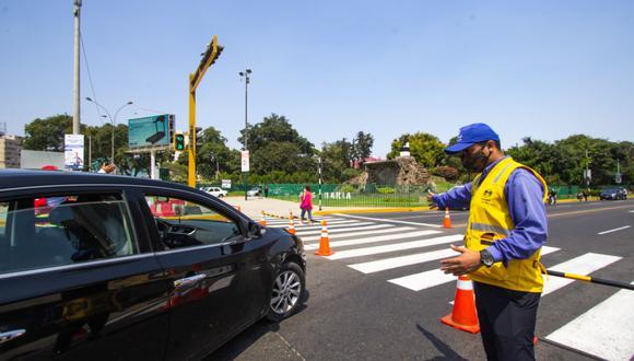 Algunas unidades intentan burlar las señales de impiden estacionar en lugares restringidos. (Foto: Municipalidad de Lima)
