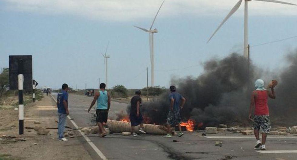 Paro en Talara: vándalos bloquean vía y piden plata a viajeros - 1