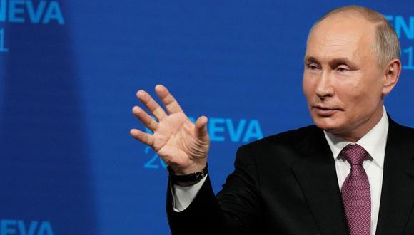 El presidente ruso Vladimir Putin habla durante una conferencia en Ginebra tras la cumbre con su par estadounidense Joe Biden. (EFE / EPA / ALEXANDER ZEMLIANICHENKO).