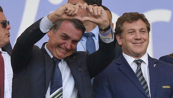 En esta foto de archivo tomada el 7 de julio de 2019, el presidente de Brasil, Jair Bolsonaro (izq.), gesticula junto al presidente de la Conmebol, el paraguayo Alejandro Domínguez. (Foto de Carl DE SOUZA / AFP).
