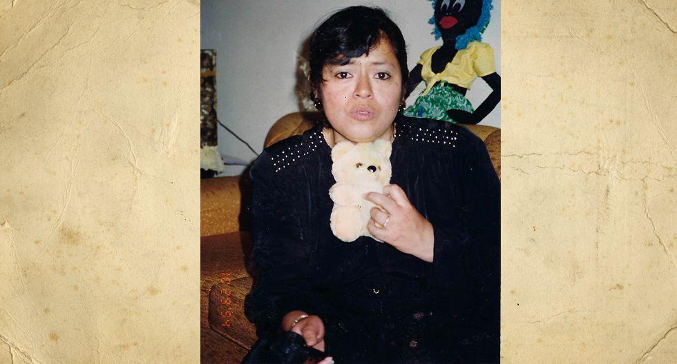 Elizabeth García Montalvo, pero le dicen Betty. En la foto tenia 33 años y trabajaba de secretaria en una empresa donde fabricaban cueros en el centro de Lima. Actualmente tiene 2 hijas.