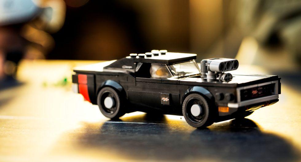 Los kits Lego de los modelos Dodge Challenger SRT Demon y Dodge Charger R/T también incluyen el conductor y un oficial de pista. (Fotos: Lego).