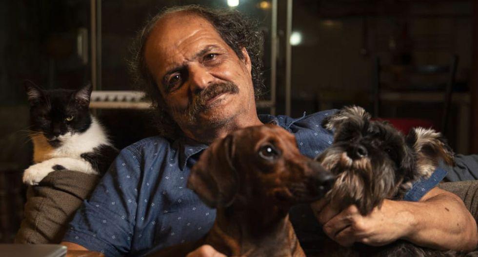 En su casa de Barranco, Núñez Carvallo posa Junto al gato Felipe y los perros Trotsky y Nietzsche. (Foto: José Rojas Bashe)