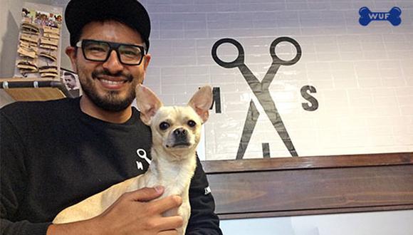 Ivo Castillo junto a su perro Chingón, al que adoptó hace 2 años y hoy es quien pone el toque especial en su barbería.