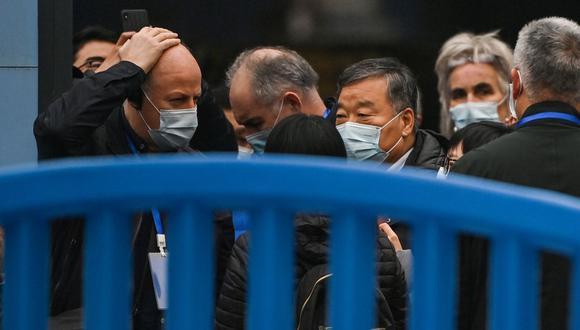 Expertos de la Organización Mundial de la Salud (OMS), que investigan el origen del coronavirus Covid-19, visitan el mercado mayorista cerrado de Wuhan. (Foto de Hector RETAMAL / AFP).
