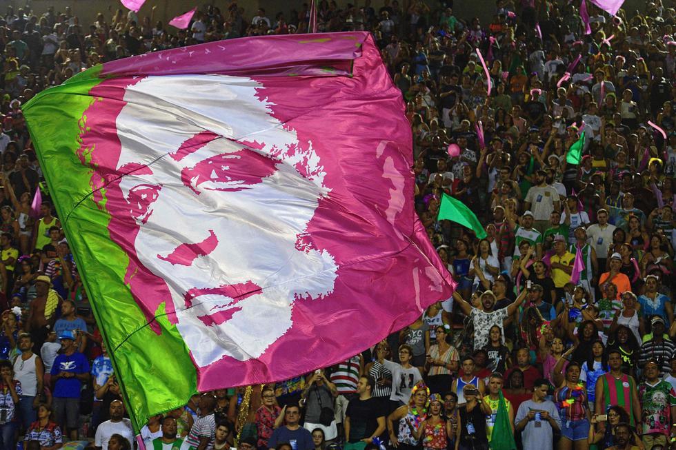 La escuela de samba Mangueira rindió homenaje a Marielle Franco, activista por los derechos de las minorías en Brasil que fue asesinada en marzo del año pasado. (AFP)