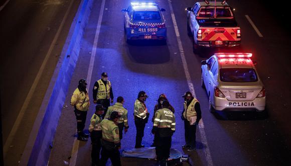 La policía, que llegó al lugar del accidente, informó que la mujer perdió la vida al instante. (FOTOS: JOEL ALONZO/@photo.gec)