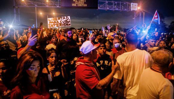 La gente bloquea la autopista Palmetto Expressway de Miami durante una protesta de apoyo a los cubanos que se manifiestan contra su gobierno. (Eva Marie UZCATEGUI / AFP).