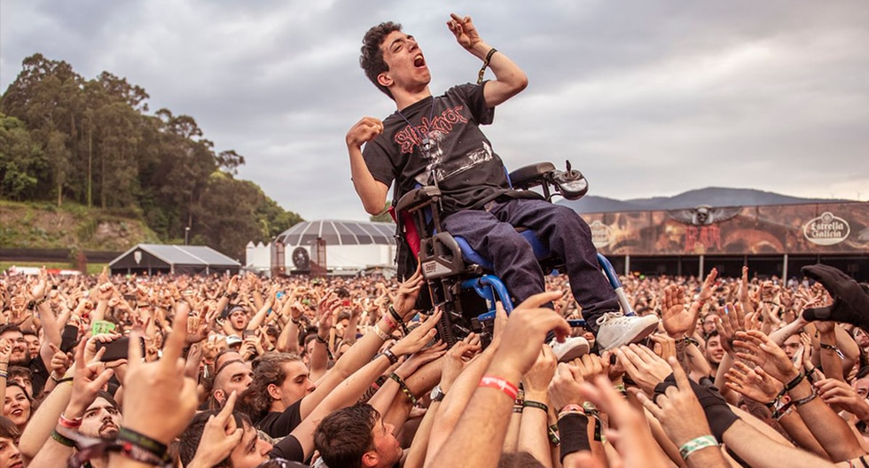El momento en el que el joven fue aupado por los asistentes del festival de heavy metal. (Resurrection Fest)