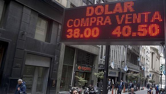 El dólar cotizaba a 44,50 pesos argentinos en mercado informal este miércoles. (Foto: AFP)
