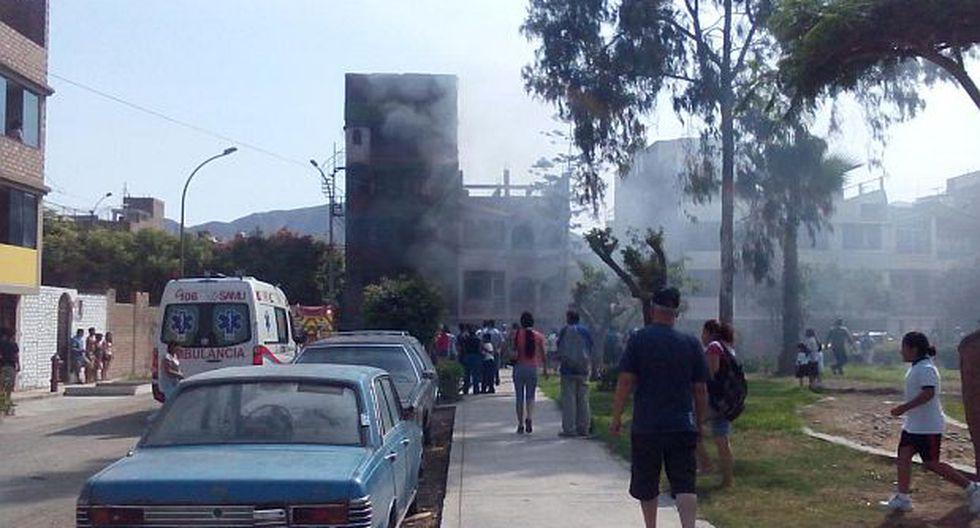 Incendio en SJL: bomberos rescataron a familia por deflagración - 1