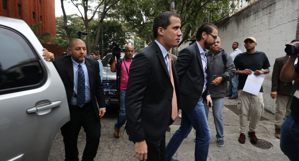 Juan Guaidó llegó a la sede del partido Acción Democrática con la finalidad de marchar con  los diputados opositores hasta la Asamblea Nacional. (Foto: EFE)