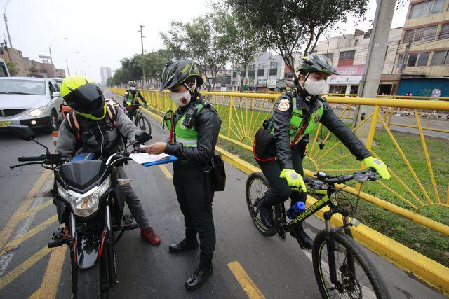 Invadir una ciclovía se sanciona con una multa de S/344 y 20 puntos menos en la licencia de conducir. En solo dos horas, el escuadrón de bicicletas de la Policía Nacional sancionó a más de 20 motociclistas.