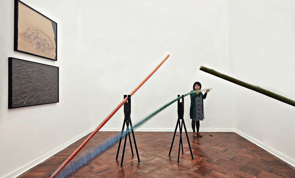 Las 21 esculturas de madera aluden de manera simbólica a las vidas de personas del entorno de la artista.