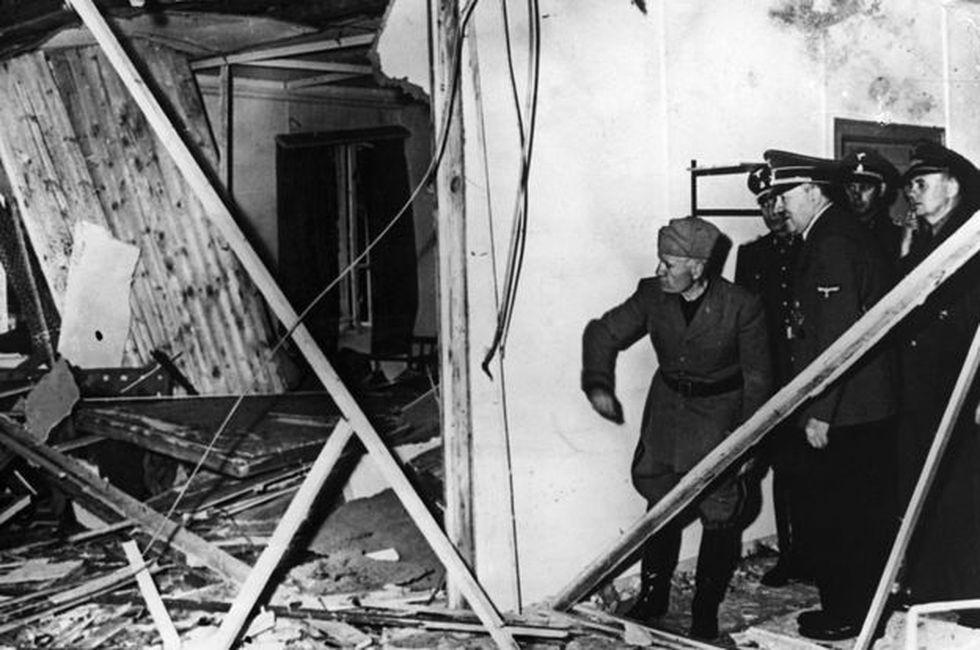 Mussolini y Hitler inspeccionan los escombros de la sala de conferencias después de la explosión. ( Foto: BBC Mundo)