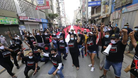 Trabajadores de Gamarra marchan dentro del emporio comercial por nuevas medidas anunciadas por la primera ministra Violeta Bermúdez. (Mario Zapata Nieto / @photo.gec)