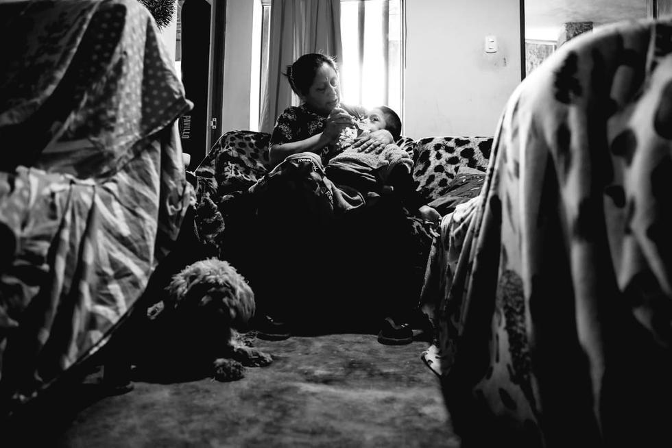 Adriano, de 9 años, nació con parálisis cerebral. Antes de la emergencia, su madre, Lidia Castillo, lo llevaba desde Pachacútec, Ventanilla, hasta Chorrillos dos veces por semana para su rehabilitación. El trayecto en bus y colectivos le tomaba 4 horas (Fotos: Alessandro Currarino/El Comercio).