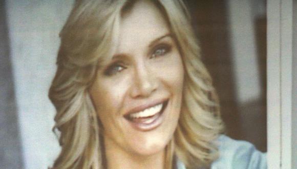 La acusación presenta un retrato de la fallecida actriz Lana Clarkson durante el juicio por asesinato del productor musical Phil Spector en el Tribunal Superior de Los Ángeles el 28 de junio de 2007 en Los Ángeles. (Foto: Damian Dovarganes / POOL / AFP)